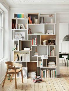 salon plein de lumière, étagère bois blanc, livres, étagère avec tiroir, plafond haut blanc