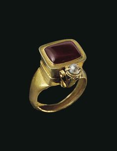 A BYZANTINE GOLD, GARNET AND PEARL FINGER RING