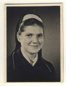 Google Image Result for http://i.ebayimg.com/t/1930s-vintage-photo-PHOTOBOOTH-OF-YOUNG-NURSE-WOMAN-IN-ROBE-/00/s/NjAwWDQ2NA%3D%3D/%24(KGrHqRHJCgE9sK4sk,LBPjDpEj1lw~~60_35.JPG