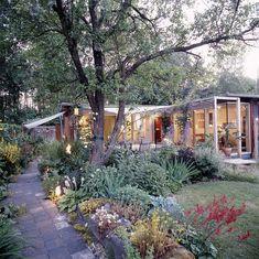 Gartenhaus: Wohnraum für vier am Ende des Grundstücks. Das triste Grün wandelte sich zum blühenden Wohn- und Spielzimmer.