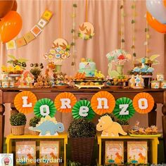 15 ideas para tu Fiesta temática de dinosaurios Dinosaur Birthday Cakes, Jungle Theme Birthday, Baby Birthday, First Birthday Parties, First Birthdays, Die Dinos Baby, Baby Dinosaurs, Festa Jurassic Park, Dinosaur Party Decorations