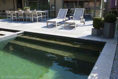 Exclusieve zwemvijver met grijze folie, zwemvijver aangelegd met zicht op gezellige poolhouse