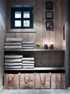 in changing room section of sauna building Cabin Homes, Log Homes, Deco Spa, Scandinavian Cabin, Cabin Bathrooms, Contemporary Home Furniture, Mountain Cottage, Sauna Room, Shelves In Bedroom