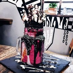 Freakshakes: Hier gibt's die geilen Monster-Milchshakes auch in Yummy Snacks, Yummy Drinks, Delicious Desserts, Yummy Food, Cupcakes, How To Eat Better, Weird Food, Frozen Drinks, Food Goals