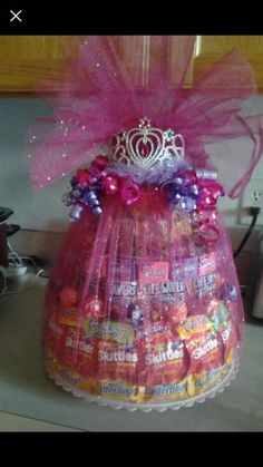 4 Tier massive candy cakes. Candy Boquets, Candy Bouquet Diy, Gift Bouquet, Craft Gifts, Diy Gifts, Candy Arrangements, Candy Gifts, Candy Gift Baskets, Raffle Baskets