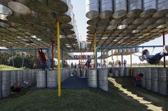 Um parquinho para crianças construído com tonéis usados