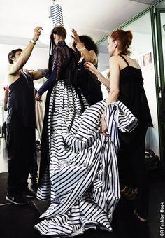 Le défilé Automne/Hiver (2015-2016) de Jean Paul Gaultier nous donne des envies de longues robes marinières et de bigoudènes assorties, sans être premier degré. La Bretagne n'a jamais été aussi tendance !