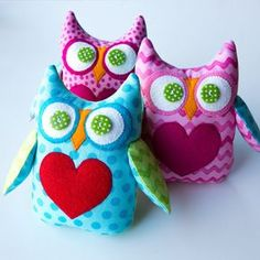 I finished these 3 little owl bean bag toys this morning. They have an initial appliqued on their backs. Owl Sewing, Sewing Crafts, Sewing Projects, Sewing Ideas, Sewing Patterns, Owl Crafts, Cute Crafts, Bean Bag Toys, Bean Bags
