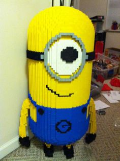 LEGO Minion Despicable Me Sculpture - Trend Photography Lego 2019 Lego Minion, Minions Despicable Me, Lego Design, Legos, Lego Christmas Tree, Big Lego, Happy Birthday Minions, Lego Sculptures, Amazing Lego Creations