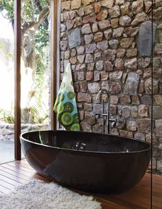stones and ceramic(viaaros:A Johannesburg, une maison sixties restaurée) #bathroom #decor #home #ideas