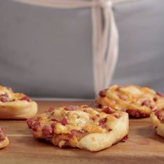 Normal flat pizza is just so boring; rolled dough stuffed with cheese and pepperoni, though — that's what pizza night was made for.