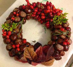 Herbstkranz mit Kastanien: Ein Spaziergang, ein vorgefertigter Ring, eine Heißklebepistole und Draht, fertig ist die schöne Herbstdeko