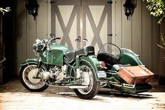 En 1961, BMW améliore le moteur de la R60 et ajoute le sigle /2 à la dénomination de la moto...