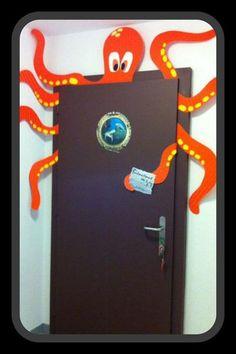 Ma porte de classe - sous l océan ! Classroom door jellyfish My classroom door - under the ocean! Ocean Crafts, Vbs Crafts, Paper Crafts, Beach Themed Crafts, Pirate Crafts, Under The Sea Theme, Under The Sea Party, School Themes, Classroom Themes