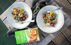 Ricotta Spinat Nocken mit Tomaten und LAND-LEBEN Brösel Parmesan, Ricotta, Ethnic Recipes, Food, Mediterranean Dishes, Thanksgiving Holiday, Tomatoes, Easy Meals, Life