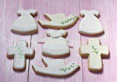 Y aquí os enseño las galletas de Comunión que estoy haciendo estos días. Los vestiditos.  Ya empaquetados y listos para entregar.  Los tres modelos de niños de comunión.  Y un mix…