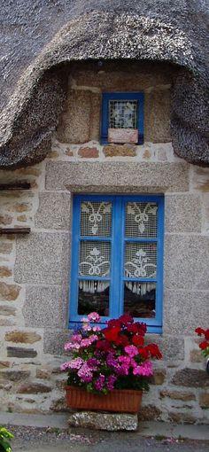 Fenêtre fleurie en Bretagne .                                                                                                                                                      Plus