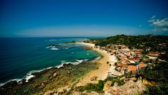 Morro de São Paulo, Brasil, Morro de São Paulo es un lugar tan tranquilo, que la única manera de llegar al pueblo es por barco o vuelo charter, sumado a que los coches no están permitidos en la isla. El pueblo está situado junto a tres hermosas colinas llenas de vegetación. En el pasado, la isla era a la vez una cala poblada de piratas y un bastión de los portugueses.