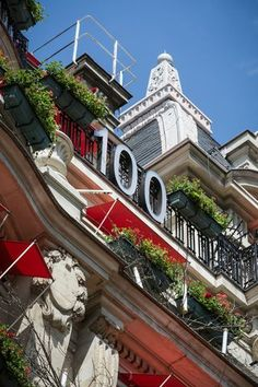 Hotel Plaza Athenee centenary celebrations - the 100 figure on the facade (c) Tom Parker-sipa