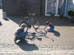Binnen de bovenbouw hadden wij binnen het thema verkeer het fietsexamen. Om op een creatieve manier kennis te maken met je fiets, laat je ze de schaduw van een fiets overtrekken en daarna mooi inkleuren en versieren. Een groot succes. Wel de zon voor nodig. Shadow Silhouette, Work Inspiration, Kids Learning, Bicycle, Van, Teaching, Projects, Google, Games