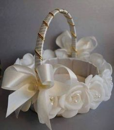 This is one gorgeous basket!d' ReggaemuffinAn ivory flower girl basketCute flower girl basket I could probably makeSweet idea for basket or vanity tray.İsim: Görüntüleme: - My site Wedding Crafts, Diy Wedding, Wedding Decorations, Flower Girl Basket, Rings For Girls, Basket Decoration, Wedding Accessories, Wedding Bouquets, Creations