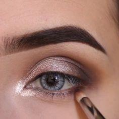 متوفر الفرشاة والاي شدو في الرابط الموضح على البايو. .  Beauty eyeshadow by @marisolbautistaa ❤️ , طريقة الاي شدو للمناسبات ، شنو تحبون يكون الفيديو القادم ؟ .  My snapchat: snapmakes ❤️