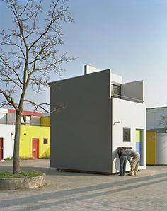 """Ehemaliges olympisches Frauendorf wohnen seit 1972 Studentinnen und Studenten. Die Bungalows wurden in den Jahren 2007 bis 2009 neu aufgebaut. Im Herbst 2009 wurden sie erneut von den Studierenden in """"Besitz genommen."""