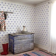 Red and blue colors in Scandinavian interiors, part - Dala Muses Swedish Wallpaper, Scandinavian Wallpaper, Scandinavian Furniture, Scandinavian Living, New Wallpaper, Sweden House, Swedish Interiors, Swedish Style, Shabby