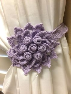 Crochet Curtain Tieback - Lavender color flower - 1 pair by JinesCrafts on Etsy Curtain Holder, Curtain Hangers, Curtain Ties, Crochet Home, Crochet Crafts, Yarn Projects, Crochet Projects, Crochet Designs, Crochet Patterns