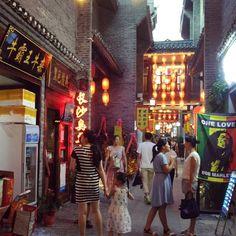 东西巷原本是桂林市中心的一处老巷子如今已经重建好进驻的店铺颇多这里是一处小吃比较多的巷子来桂林可以在入夜后来这里溜达溜达哦 #Guilin #beautiful #night #travel #China #food #street