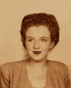 Photo booth portrait of Norma Jean at the age of 15 years, end 1941.