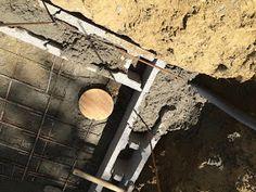 Construction d'une petite piscine en béton équipée spa: Début de la construction piscine béton Firewood, Patio, Spa, Gardens, Small Swimming Pools, Houses, Paving Slabs, Walls, Woodburning