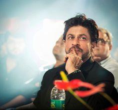 [ HQ & Tagless ] Shah Rukh Khan [ @iamsrk ] at 8th Annual #VijayAwards 2014... ufff Lovely  #SRK #KingKhan @SRKFC1 pic.twitter.com/lXykM3jpol