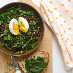 oeuf vert rouge assiette terre cuite cuisine torchon