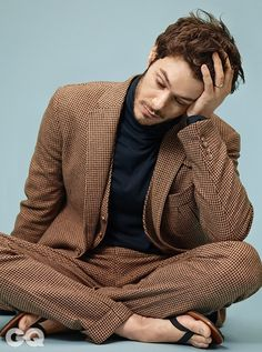Adam Brody pictures and photos Adam Brody, Actors Male, Handsome Actors, Male Celebrities, Handsome Man, Gq Mens Style, Cool Hairstyles For Men, Barefoot Men, Mens Flip Flops