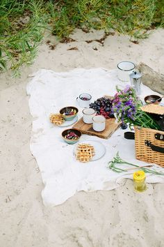 Waffles with fried eggs and caramelised chanterelles plus fruit porridge for a perfect breakfast on a beach Picnic Date, Summer Picnic, Picnic On The Beach, Beach Picnic Foods, Summer Beach, Comida Picnic, Perfect Breakfast, Breakfast Picnic, Breakfast On The Beach