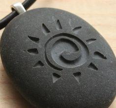 Diese Sonne Halskette ist ein natürlicher Schmuck für ihn oder für sie die Steinanhänger mit einem Bild der Sonne eingraviert ist. Der Stein misst ca. 1 1/4. ----------------------------------------------------------------------------------------  Zwei Seiten Gravur erhältlich. Sie können ein besonderes Datum, ein Wort oder einen Namen auf der Rückseite dieser Anhänger für nur $8 zusätzliche hinzufügen. Bitte Convo uns um ein besonderes Angebot für Sie haben. ----------------------------...