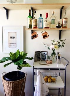 Expert interior designer tips on how to style the perfect bar cart Bar Cart Styling, Bar Cart Decor, Styling Tips, Desk In Living Room, Dining Room, Modern Contemporary Homes, Woman Bedroom, Bars For Home, Home Decor Items