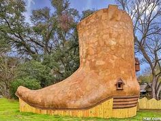 Phoenix Commotion's Cowboy Boot House in Huntsville, Texas, would be a roomy upgrade for the old woman who lived in a shoe .I wonder if this would qualify for a TINY HOUSE. Huntsville Texas, Orchard Road Singapore, Houses In America, Only In Texas, World Famous Artists, Modern Tiny House, Roadside Attractions, Texas Homes, Eco Friendly House
