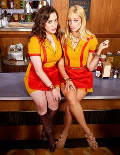 2 Broke Girls - Kat Dennings e Beth Behrs 2 Broke Girls, N Girls, Kat Dennings, Max Black, Girl Photo Shoots, Girl Photos, Dynamic Duo Costumes, Girl Costumes, Halloween Costumes