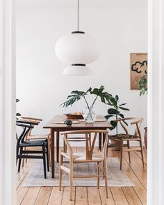 Neutral Dining Room Decor To Tune Down To Tranquility Minimalist Dining Room, Minimalist Home, Dining Room Design, Dining Room Chairs, Japanese Interior, Japanese Design, Dining Room Inspiration, Living Spaces, Interior Design