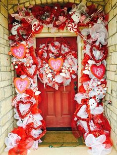 Valentine's Day is adorned with numerous craft specialties. Handmade crafts infuse Valentine's Day with a special color. Numerous easy-to-make craft … Valentine Day Wreaths, Valentines Day Decorations, Valentine Day Crafts, Valentines Day Decor Outdoor, Happy Valentines Day Funny Friends, Deco Mesh Garland, Wreaths And Garlands, Diy Valentine's Day Decorations, Decor Ideas