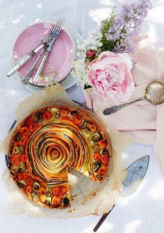 Ruusuinen kasvispiirakka // Veggie Rose Pie Food & Style Jasmin Raitakari Photo Riikka Kantinkoski www.maku.fi