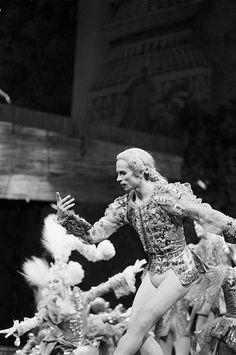 Rudolf Nureyev Pictures and Photos Ballet Poses, Male Ballet Dancers, Ralph Fiennes, Photography Exhibition, Dance Photography, Margot Fonteyn, Ballet Music, La Bayadere, Save The Last Dance
