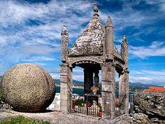 Cruceiro da Trinidade en Baiona. Christian World, The Rite, Place Of Worship, Terra, Homeland, Barcelona Cathedral, Big Ben, Places To Travel, Coastal