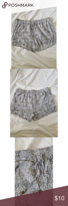 Old Navy Drawstring Summer Shorts Drawstring shorts Black and white pattern  Two pockets, flat front  31 cm from top to bottom  39 cm waist  Super soft rayon  Like new Old Navy Shorts