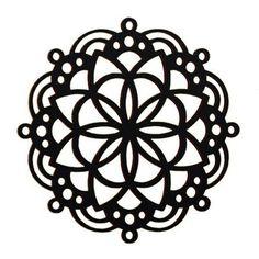 Tähtien mandala -sisustustaulu  Käy omasi tästä: Näyttävä Tähtien mandala -sisustustaulu on todella näyttävä sisustuselementti, joka sopii myös lahjaksi suomalaisen muotoilun ja mandala symbolien ystävälle! Sisustustaulun materiaalina on suomalainen koivu ja se on valmistettu Joensuussa Itä-Suomessa. Taulun paksuus on 5 mm. Kokotaulukko:   S 14,8 cm x 14,8 cm M 29,7 cm x 29,7 cm L 59,5 cm x 59,5 cm Pakkaus ei sisällä kiinnitystarvikkeita ja suosittelemme kiinnittämään taulun…