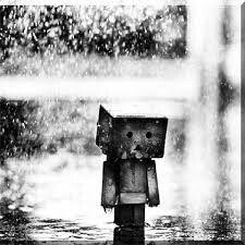 Figur im Regen