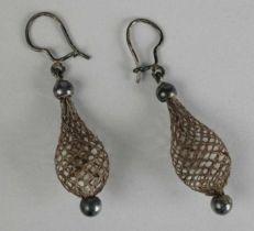 1850-1900 Oorbellen van haar en zilver. Earrings made from silver and hair.