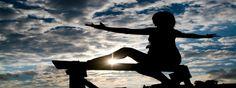 Las posturas de yoga sentada son un buen complemento para las posturas de yoga de pie. Hoy te enseñamos tres posturas diferentes